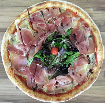 La qualite des pizzas est au rendez-vous avec soit une base tomate, base creme ou base pesto. La Pizzeria Le Savoyard à Bouaye, proche de Nantes, saint Herblain et Rezé